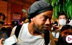 La última de Ronaldinho tras la cárcel: reaparece rodeado de mujeres semidesnudas besándose