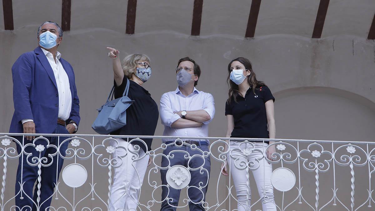 El alcalde Madrid, José Luis Martínez-Almeida, junto a Andrea Levy, este martes, durante su visita al frontón Beti-Jai.