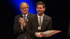 Torra hace entrega a Messi de la Cruz de San Jorge.