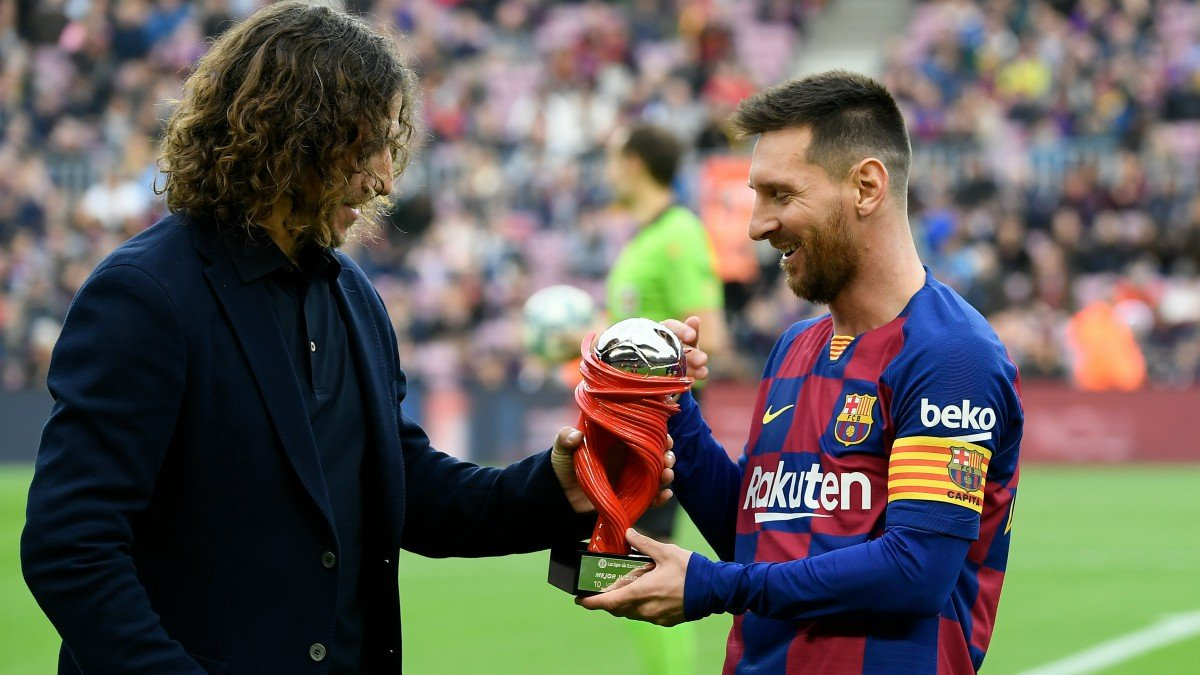 Messi recibe un premio de manos de Puyol.