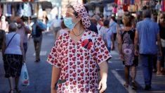 Una mujer pasea por un mercado del centro de Reus (Tarragona) donde este lunes se han reanudado los cribados masivos de PCR.