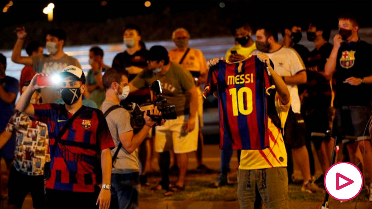 Aficionados del Barcelona se manifestaron en la sede del club. (EFE)