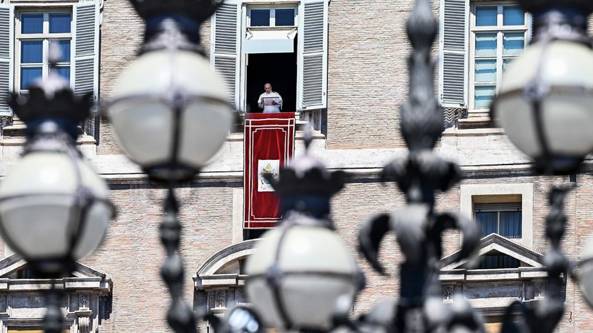 El Papa Francisco en el balcón donde reza el Ángelus. Foto: AFP