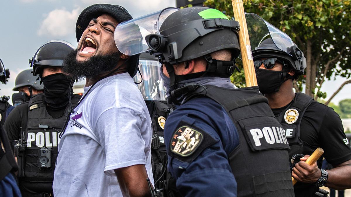 Uno de los manifestantes detenidos durante las protestas por el asesinato de la mujer afroamericana Breonna Taylor a manos de la Policía. Foto: EP