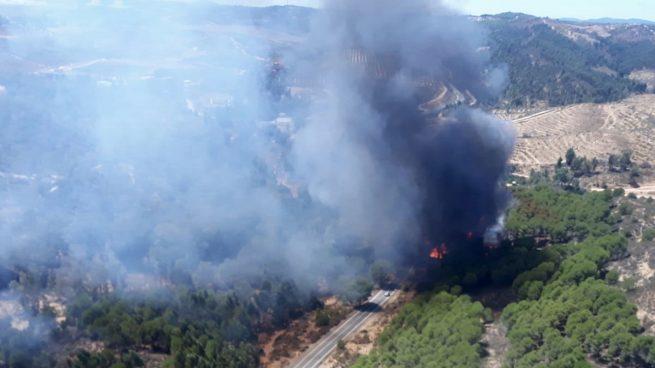 El incendio de Almonaster se mantiene activo y los desalojados no dormirán en sus casas