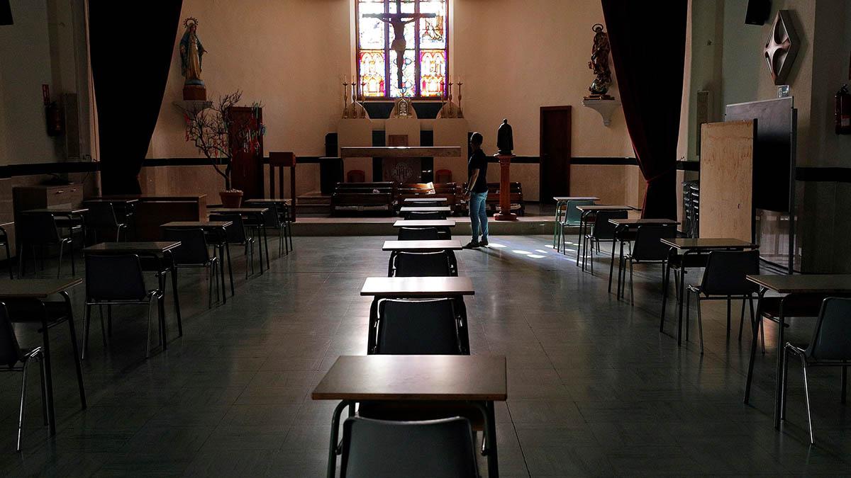 Miguel Ángel Mora, director del colegio concertado Pio XII de Valéncia, muestra la capilla del centro que ha sido reconvertido en aula de segundo de bachillerato.