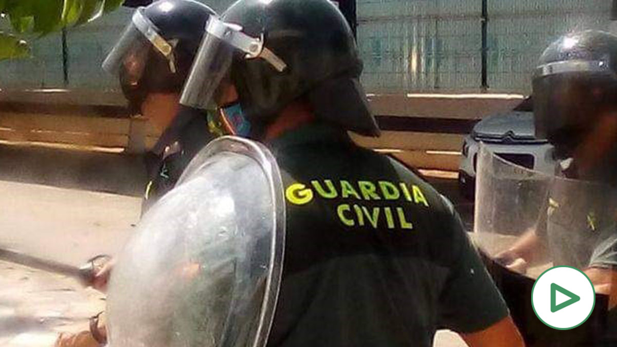 Los indocumentados del CETI de Melilla lanzaron adoquines y cuchillos a la Policía para exigir ir a la península.
