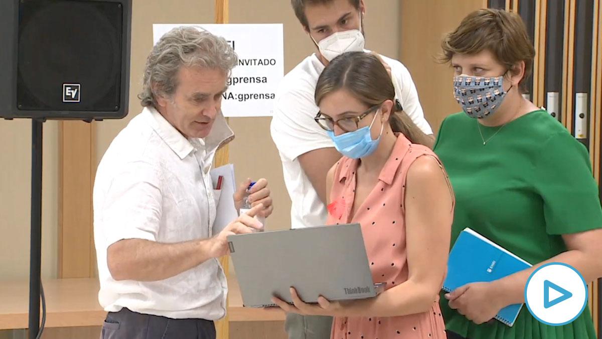 Fernando Simón habla sin mascarilla y a menos de 1,5 metros de distancia con un grupo de periodistas en el Ministerio.