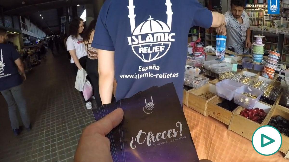 Los voluntarios de la ONG Islamic Relief Worldwide (IRW), en las calles de Barcelona.