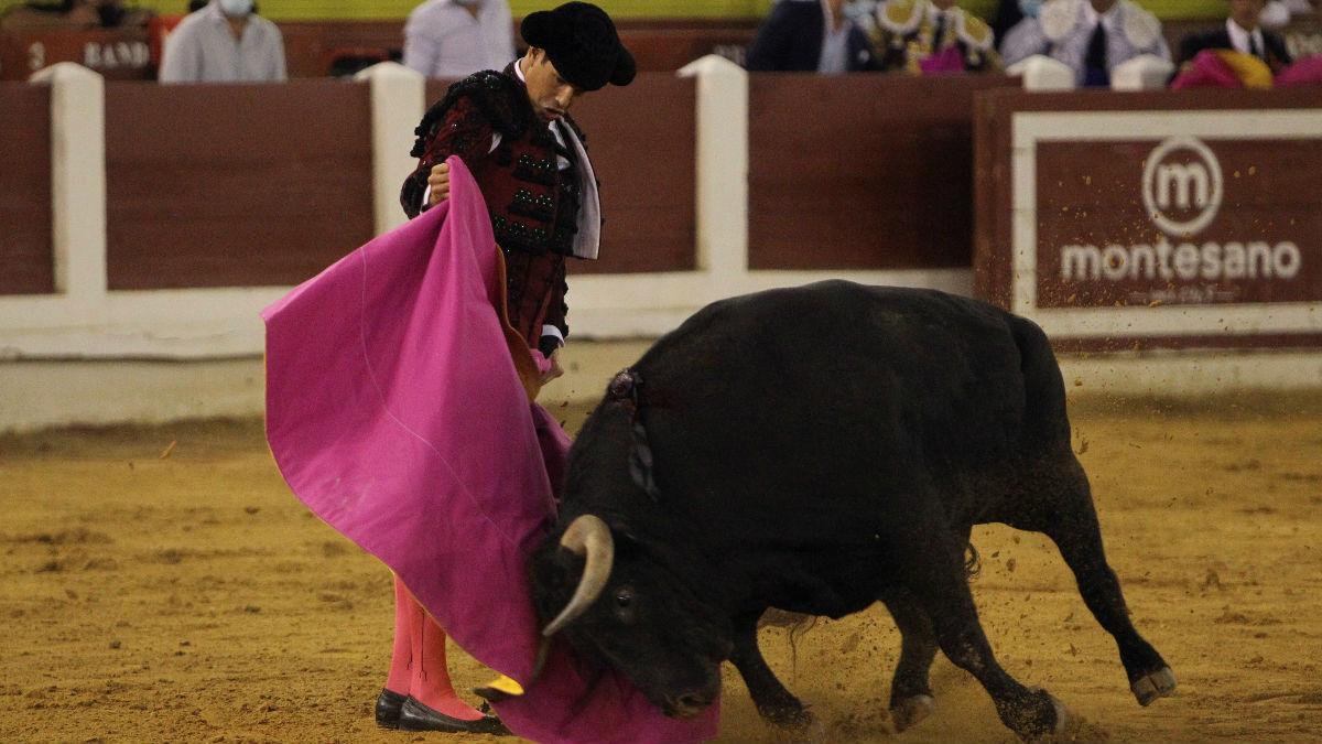 José María Manzanares durante la faena a su primer toro (Foto: EFE).