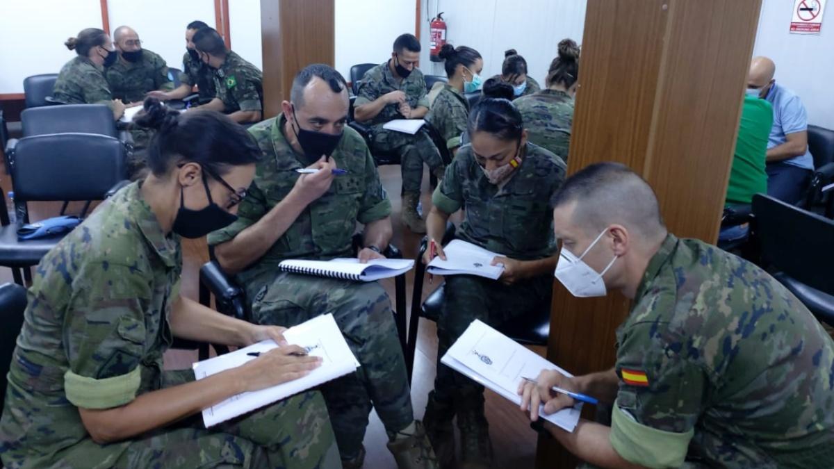 Militares españoles en Líbano recibiendo la formación como 'asesores de género'.