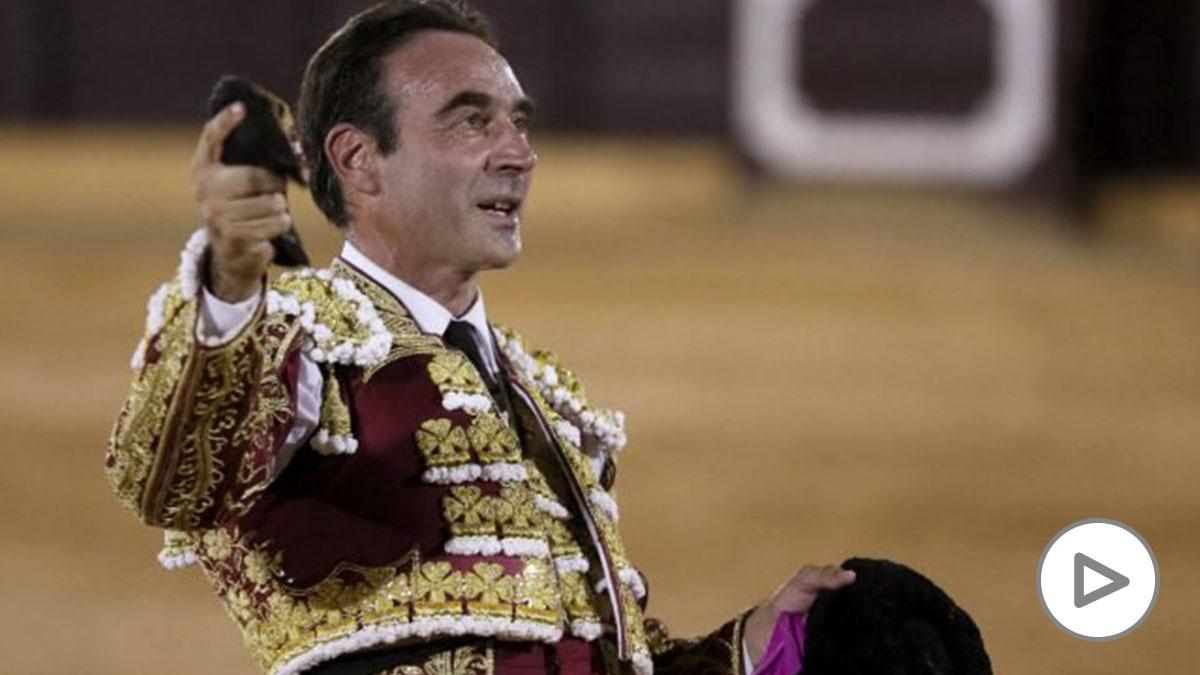 Enrique Ponce exhibe un trofeo. (Foto: EFE).
