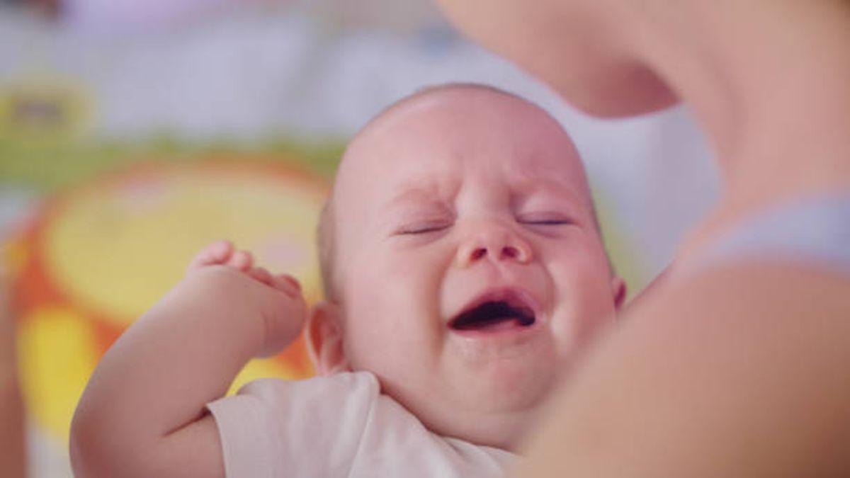 Los motivos por los que tu bebé llora cuando toma el pecho