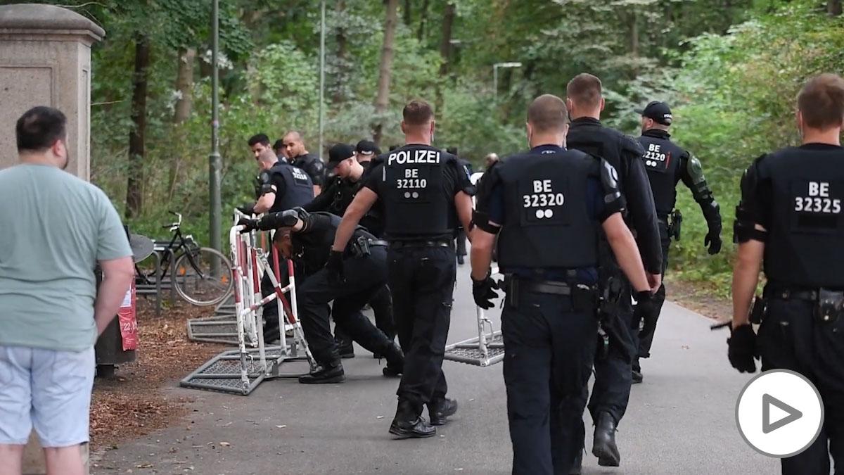 La Policía disuelve una manifestación negacionista en Berlín con más de 18.000 asistentes.