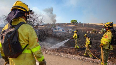 Los bomberos ven «muy difícil» saber cuándo estabilizarán el incendio de Almonaster, con 3.150 desalojos.