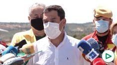 El presidente de la Junta de Andalucía, Juanma Moreno, durante su visita en Valverde del Camino (Huelva).