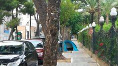 Tienda de campaña en plena calle de Cádiz.