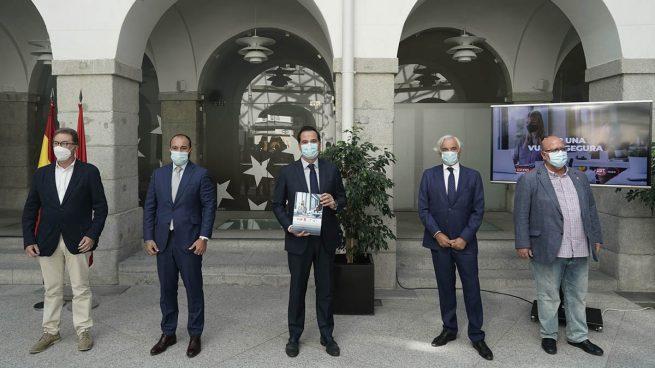 Madrid recomienda usar mascarilla en el trabajo en todo momento durante 14 días al volver de vacaciones