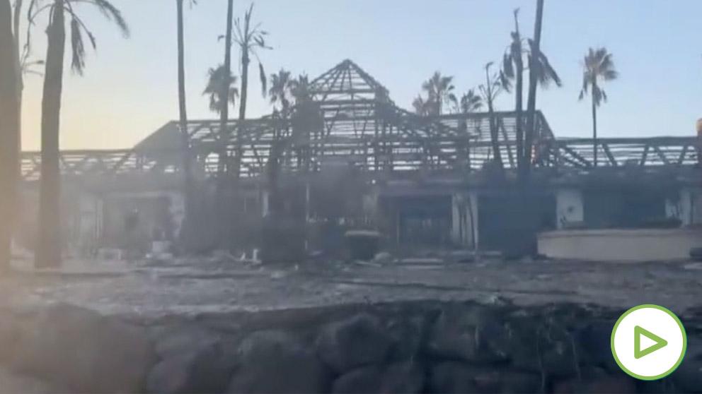Investigan las causas del incendio que ha calcinado un centro comercial en Estepona
