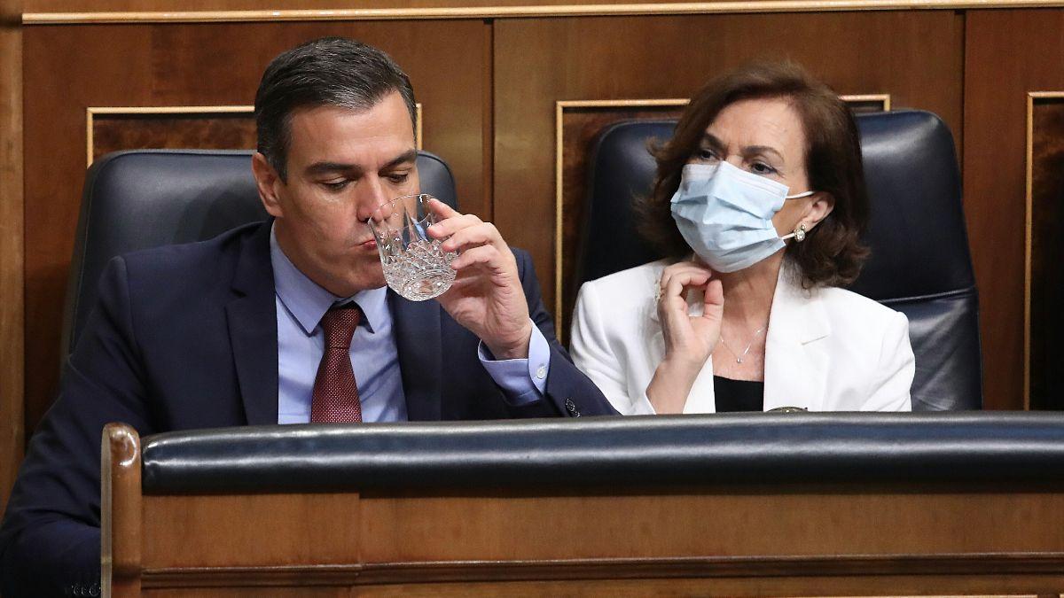 El presidente del Gobierno, Pedro Sánchez, y la vicepresidenta primera, Carmen Calvo. (Foto: EP)