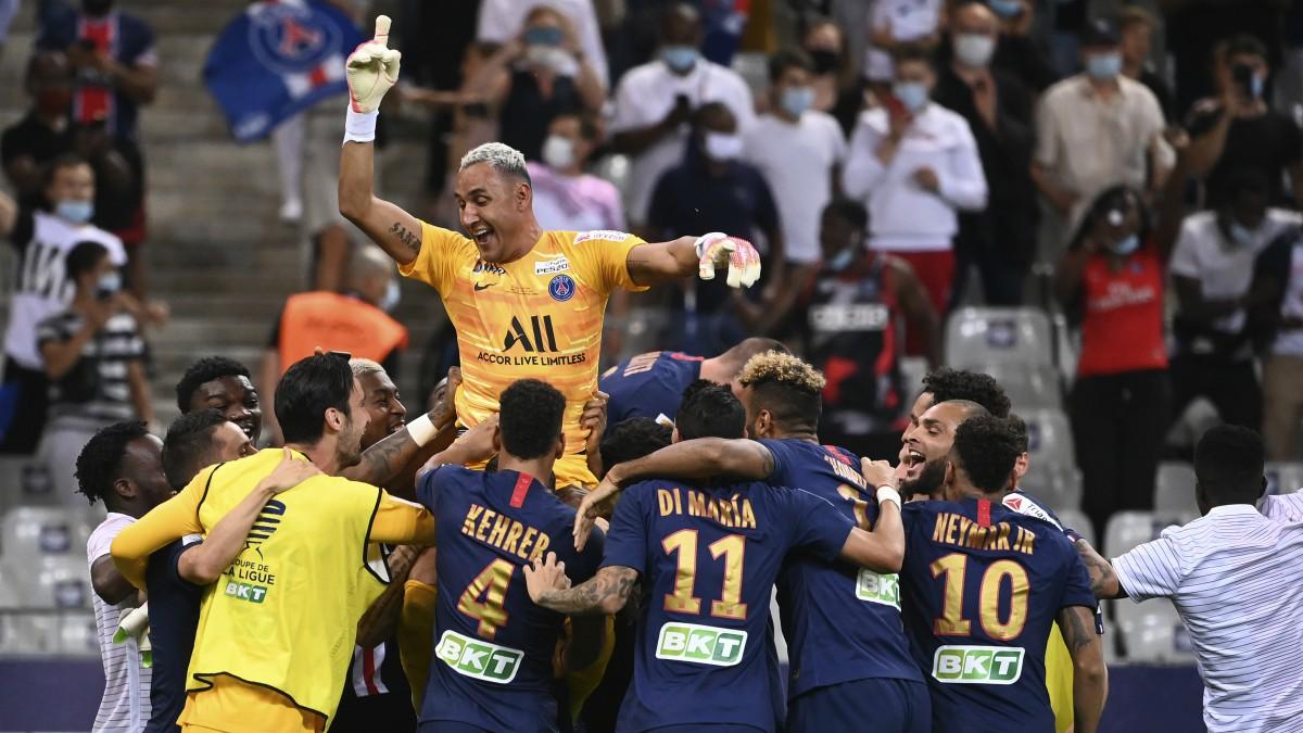 Los jugadores del PSG celebran la Copa de la Liga. (AFP)