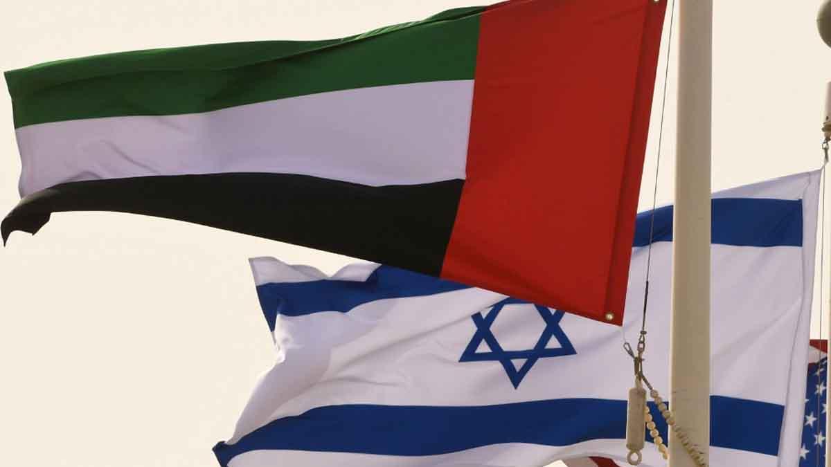 La bandera de Emiratos Árabes junto a la bandera de Israel. Foto: AFP