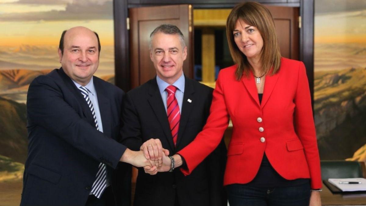 El presidente del EBB del PNV, Andoni Ortuzar, el Lehendakari, Iñigo Urkullu, y la secretaria general del PSE-EE, Idoia Mendia. (Foto: Europa Press)