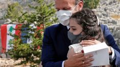 Emmanuel Macron abraza a una niña durante su segunda visita al Líbano. Foto: AFP