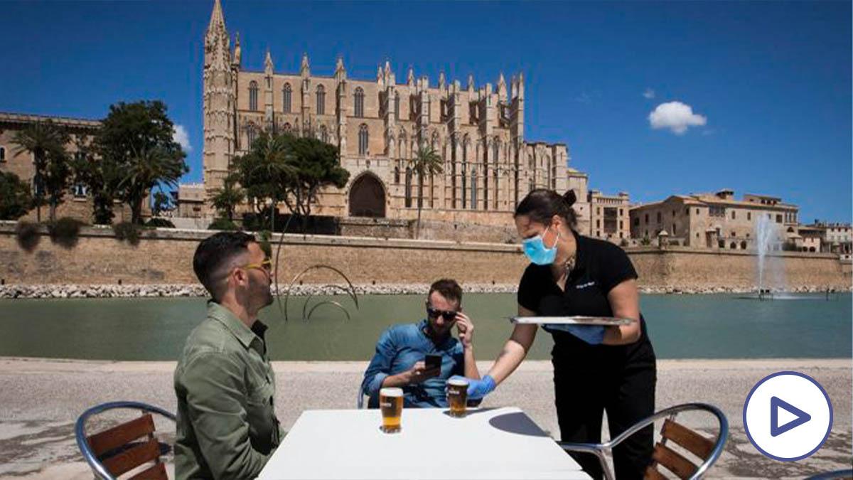 Unos turistas disfrutan de las vistas de la catedral de Palma.