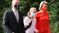 La familia real belga, Filip de Bélgica y la reina Mathilde de Bélgica junto con su hija la princesa Leonor llegan al colegio este martes para el primer día de clases tras la pandemia de la heredera al trono.Foto: AFP