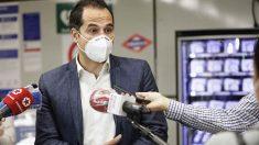 Ignacio Aguado en el Metro de Madrid atendiendo a la prensa. Foto: EP