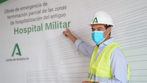 Juanma Moreno en el Hospital Militar de Sevilla.