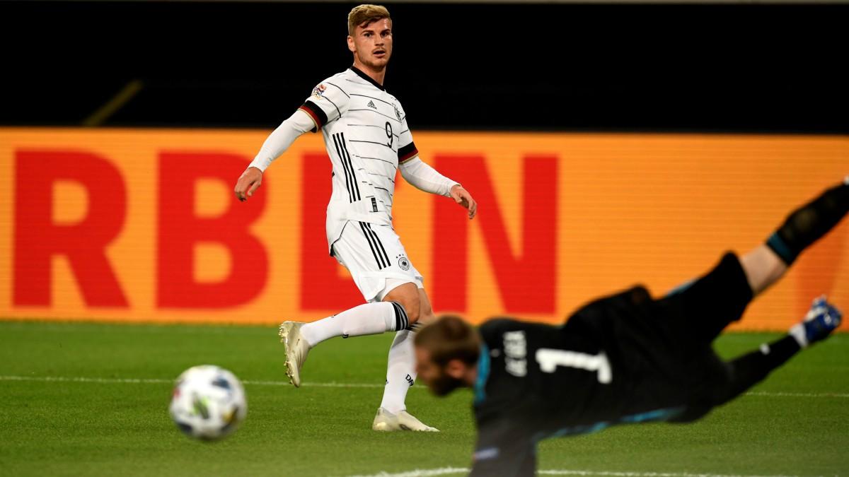 De Gea vuela para detener el disparo de Werner. (AFP)