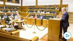 El lehendakari y candidato a ser reelegido propuesto por el PNV, Iñigo Urkullu, interviene durante el pleno de investidura, que se celebra marcado por los protolocos anti-covid.