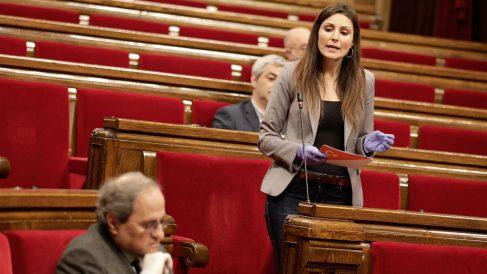 Lorena Roldán dirigiéndose a Quim Torra en el Parlament. (Foto: EFE)