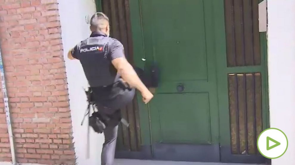Policía accediendo a una vivienda.