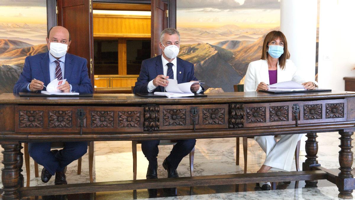 El presidente del PNV, Andoni Ortuzar, y la socialista Idoia Mendia firman el pacto de gobierno presidido por Iñigo Urkullu. Foto: EFE