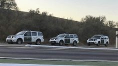 Vehículos de la Guardia Civil en la carretera en la operación en el Coto de Bornos.