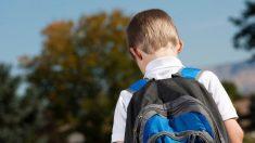 Un niño con mochila.