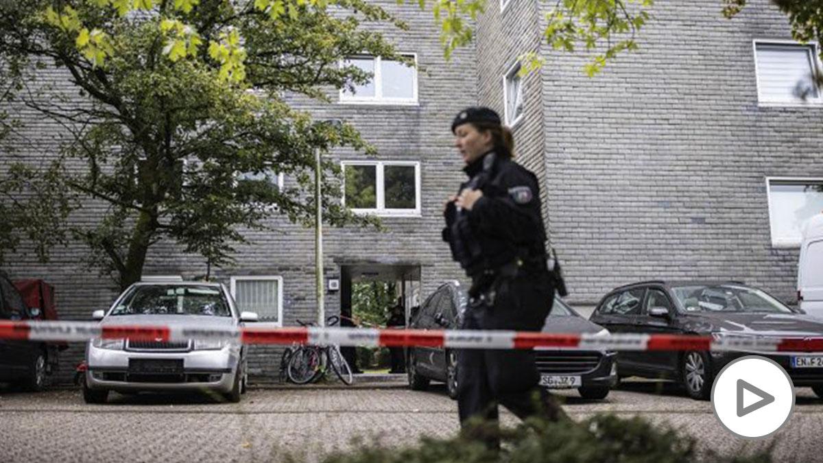 Un agente de policía custodia el edificio donde se ha producido el crimen de Solingen (Alemania).