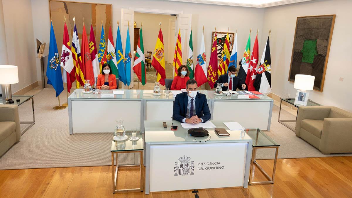 El presidente del Gobierno, Pedro Sánchez, y los ministros Darias, Montero e Illa, durante la conferencia telemática con los presidentes autonómicos.