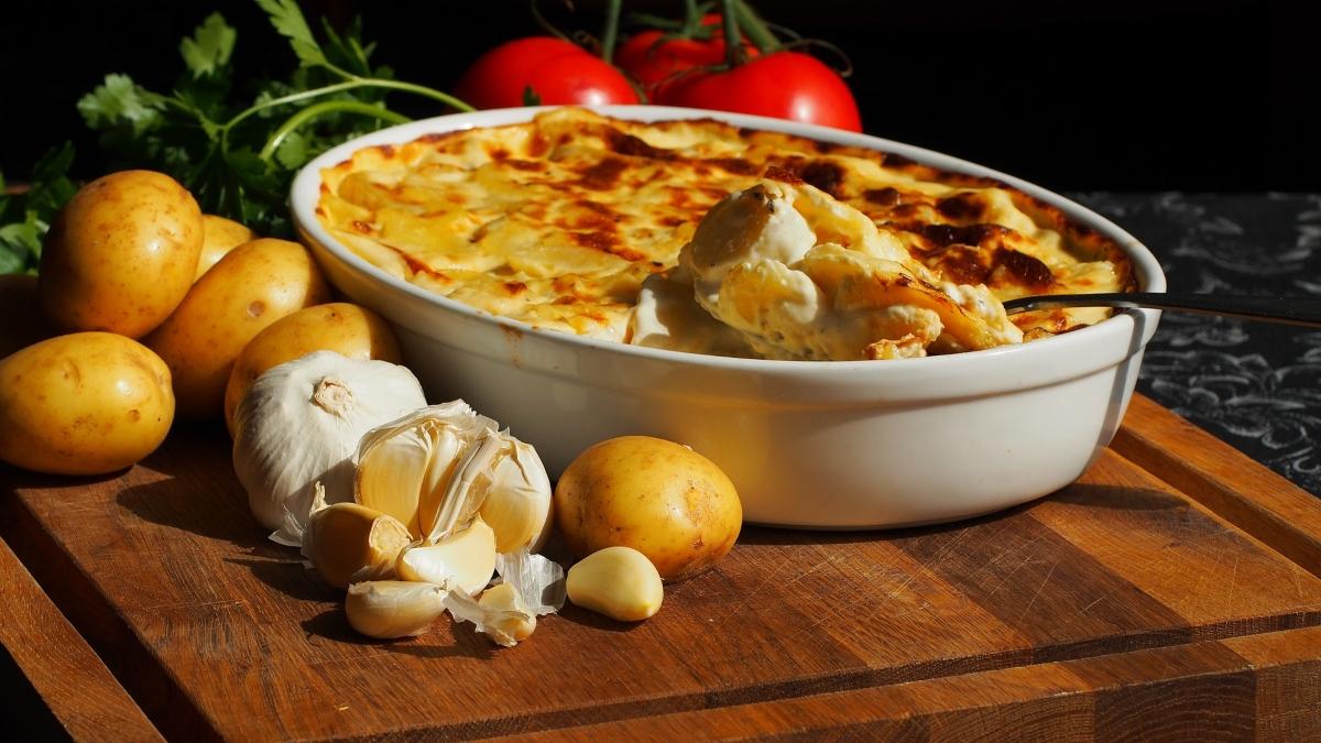 Patatas gratinadas con ajo y nata