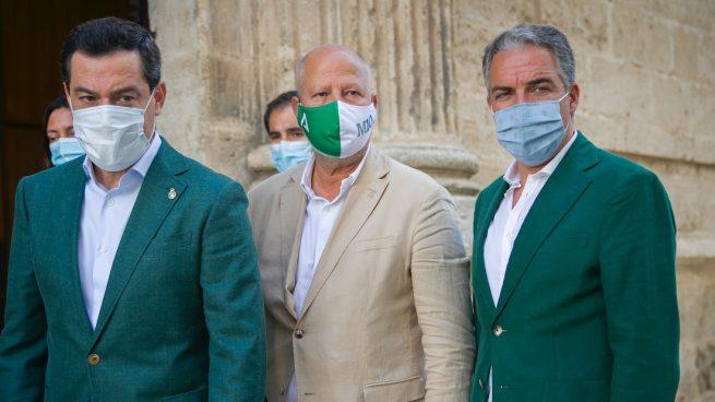 El preisdente de la Junta de Andalucía, Juanma Moreno (i), acompañado por consejero de Educación y Deporte, Javier Imbroda (c); y el consejero de Presidencia, Elías Bendodo (d) antes del inicio de la sesión de control al gobierno con preguntas al presidente de la Junta. En Sevilla (Andalucía, España), a 23 de julio de 2020.