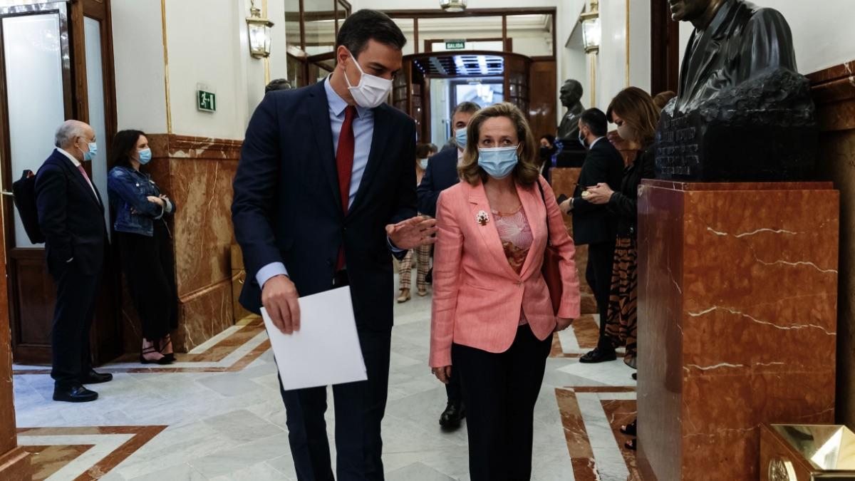 Pedro Sánchez y la ministra de Asuntos Económicos, Nadia Calviño. (Foto: EP)