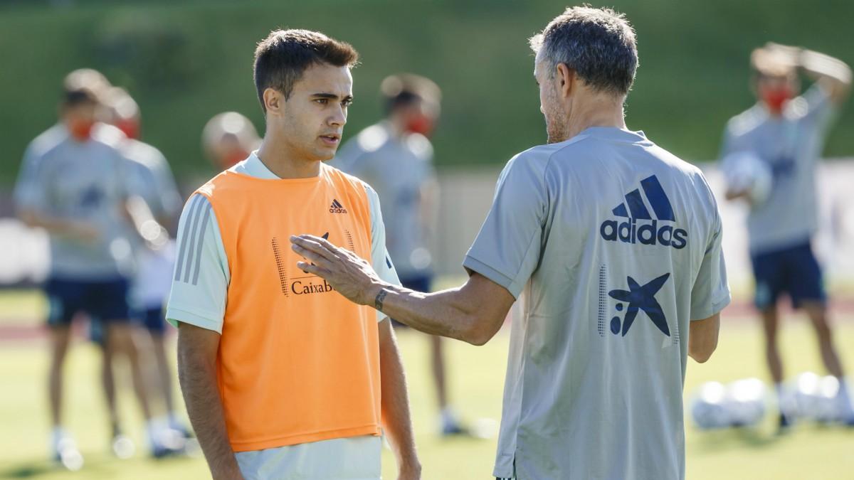 Reguilón y Luis Enrique hablan durante un entrenamiento. (RFEF)
