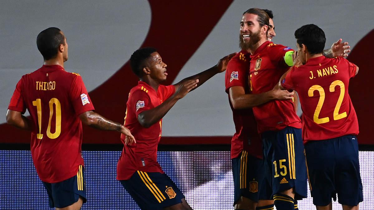 Los jugadores de la selección española celebran un gol ante Ucrania. (AFP)