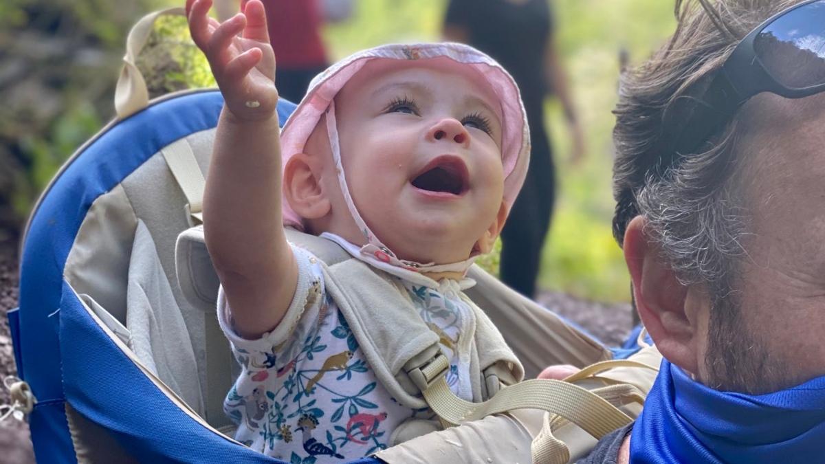 Twitter: La emocionante primera vez que una bebé pasa por una cascada