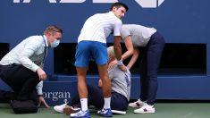 Descalifican a Djokovic del US Open por dar un pelotazo a una juez de línea. (AFP)