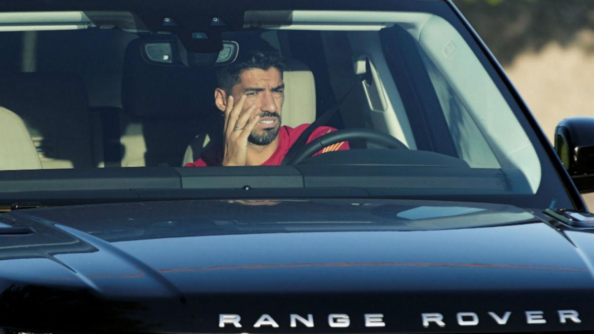 Luis Suárez, a su llegada a un entrenamiento con el Barcelona. (EFE)