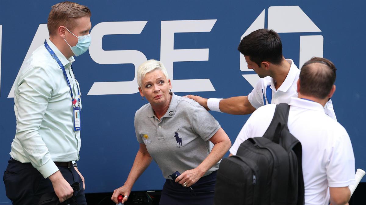 Novak Djokovic se disculpa con la juez de fondo del US Open tras su pelotazo. (Getty)